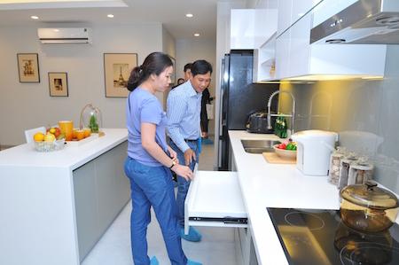 Khách hàng đang tìm hiểu về nội thất căn hộ The GoldView